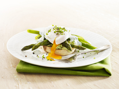 Poached egg with asparagus and yoghurt chive dressing